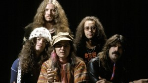 JAPAN - DECEMBER 01:  Photo of DEEP PURPLE and David COVERDALE and Tommy BOLIN and Jon LORD and Ian PAICE and Glenn HUGHES; L-R (back): David Coverdale, Ian Paice, (front): Glenn Hughes, Tommy Bolin, Jon Lord - posed, studio, group shot,  (Photo by Fin Costello/Redferns)
